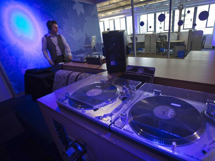 postes d'écoute de la musique dans les bureaux de Toronto